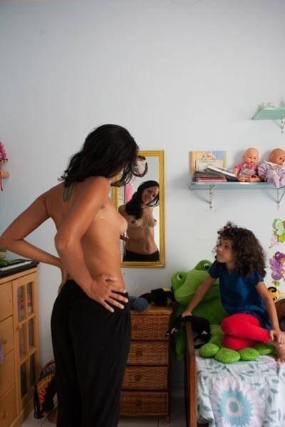 A fotógrafa Leticia Valverdes, 41, teve uma ideia bem diferente para um ensaio fotográfico: ela decidiu registrar as marcas deixadas pelos bebês durante a maternidade na vida de uma mulher. O projeto ?Birth Marks - Marcas de Nascença? busca registrar o orgulho das mulheres que carregaram e alimentaram outros seres humanos em seus corpos.