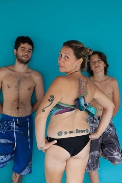 Mãe exibe as marcas após gestação; ensaio fotográfico mostra as 'imperfeições' pós-gestação