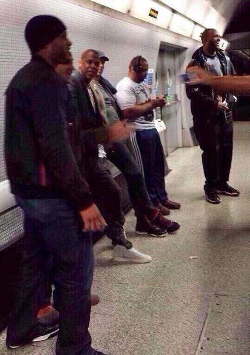 Jay-Z estava acompanhado por Chris Martin no metrô de Londres antes de show