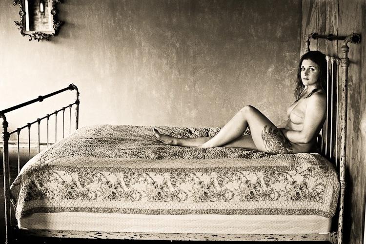 """Mulher posa para o fotógrafo David Jay mostrando resultado de sua cirurgia após ser diagnosticado com câncer de mama para o projeto """"The Scar"""""""