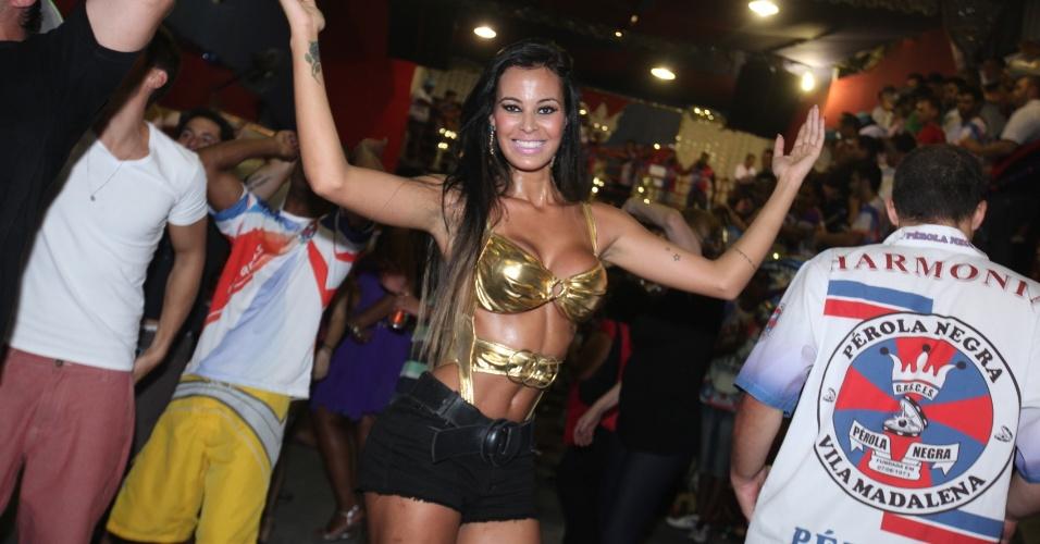20.out.2013 - Ex-Gata do Paulistão, Lorena Bueri cai no samba na quadra da Pérola Negra, na zona oeste de São Paulo. Ex-Gata do Paulistão precisou se refrescar
