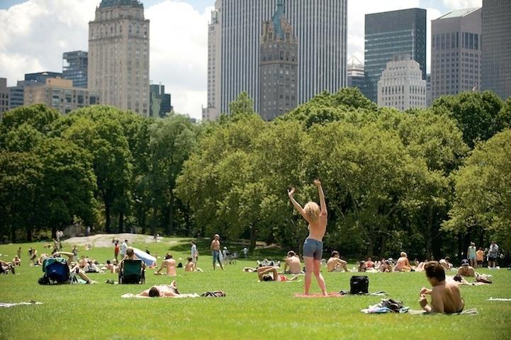 """22.ou.13 - O fotógrafo norte-americano Jordan Matter clicou mais 80 mulheres de topless em diversas situações pelas ruas da cidade de Nova York, nos EUA. As imagens de voluntárias de todas as idades foram registradas por seis anos e resultou no livro """"Uncovered"""". Com a obra, Matter quis desafiar tabus e celebrar as belezas de mulheres comuns. O livro traz depoimentos e opiniões das mulheres fotografadas sobre a nudez"""