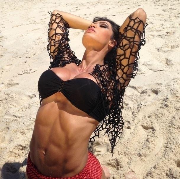 25.out.13 - A morena Gracyanne Barbosa fez um post inspirado em sua conta no Instagram, nesta sexta-feira. A esposa do cantor Belo divulgou uma imagem exibindo seu abdômen definido enquanto se alongava na praia.