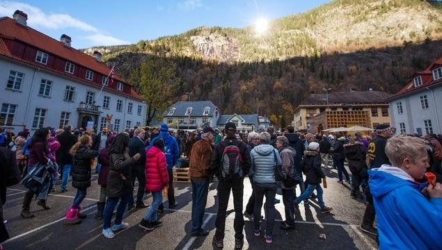 """30.out.2013 - Privada de sol durante os meses de setembro a março devido às montanhas que a circundam, a cidade norueguesa de Rjukan, que tem 3.500 habitantes, inaugurou espelhos gigantes para trazer luz do sol ao município nos dias de inverno. A ideia partiu do artista Martin Andersen, que instalou espelhos no ponto mais alto da localidade. Para a inauguração do projeto, centenas de pessoas, com olhos fixos nos três enormes espelhos de pé sobre um cume de 400 metros, foram observar o """"nascer do sol""""."""