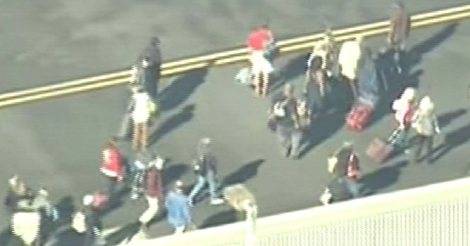 Sexta-feira (1.nov.2013) - O aeroporto de Los Angeles, nos Estados Unidos, foi fechado após um tiroteio no terminal 3, nesta sexta-feira (1º), segundo a polícia. De acordo com o canal de TV CBS, um homem que portava um rifle e teria disparado alguns tiros foi atingido e preso por seguranças do aeroporto. Outro suspeito também teria sido detido. Segundo relatos preliminares, um funcionário da Administração de Segurança no Transporte dos Estados Unidos (TSA, na sigla em inglês) teria sido atingido por um tiro na perna. Outras duas pessoas também estariam feridas.
