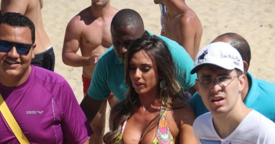 2.nov.2013 - Nicole Bahls rouba a cena na praia de Ipanema no Rio de Janeiro. A assistente de palco do