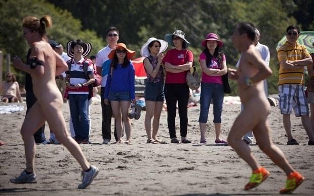 21.jul.2013 - Torneio tradicional de peladões reuniu um grupo de canadenses na 17ª edição de disputa de corrida de 5 km na praia de Wreck, em Vancouver (Canadá)