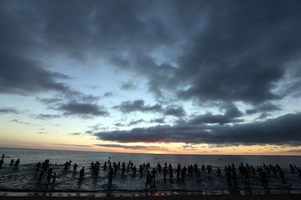 22.set.2013 - Naturistas mergulham nas águas geladas Mar do Norte em comemoração à chegada do inverno
