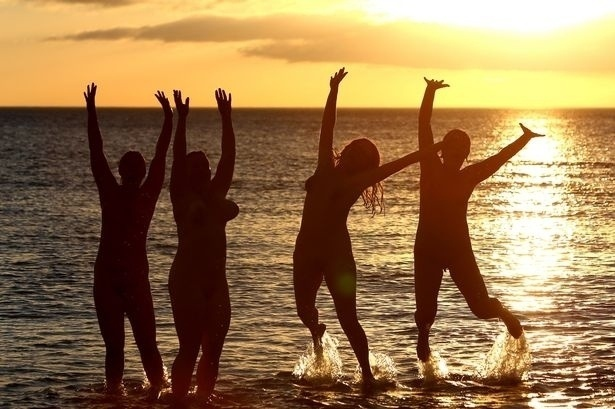 22.set.2013 - Um grupo de naturistas comemorou a chegada do inverno com um mergulho nas águas geladas no Mar do Norte, em Northumberland, condado da Inglaterra. A comemoração reuniu cerca de 200 pessoas, com idade entre 5 e 72 anos