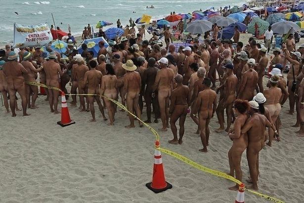4.nov.2013 - Mais de 800 naturistas se reuniram na praia de Haulover, em Miami (EUA), no domingo (3), para tentar marcar o  maior banho de mar coletivo em uma praia de nudismo do mundo. Atualmente, o recorde é ostentado pela praia da cidade espanhola de Vera, na província de Almería, que em julho deste ano reuniu 729 pessoas se banhando nuas. A marca anterior pertencia à Nova Zelândia, que conseguiu reunir 506 naturistas