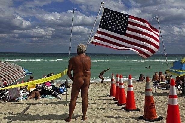 """4.nov.2013 - No domingo (3), mais de 800 naturistas se reuniram na praia de Haulover, em Miami (EUA), para bater o recorde mundial de maior banho de mar coletivo em uma praia de nudismo do mundo. """"Temos 99% de confiança que batemos o recorde e que o Guinness vai certificá-lo. Já apresentamos os documentos, as fotos e seguiremos todos os protocolos necessários"""", explicou Richard Mason, presidente da Associação de Praias Livres do Sul da Flórida, organizadora do evento, à agência Efe. Mason também  defendeu o nudismo como """"algo aceitável que não é ilegal"""""""