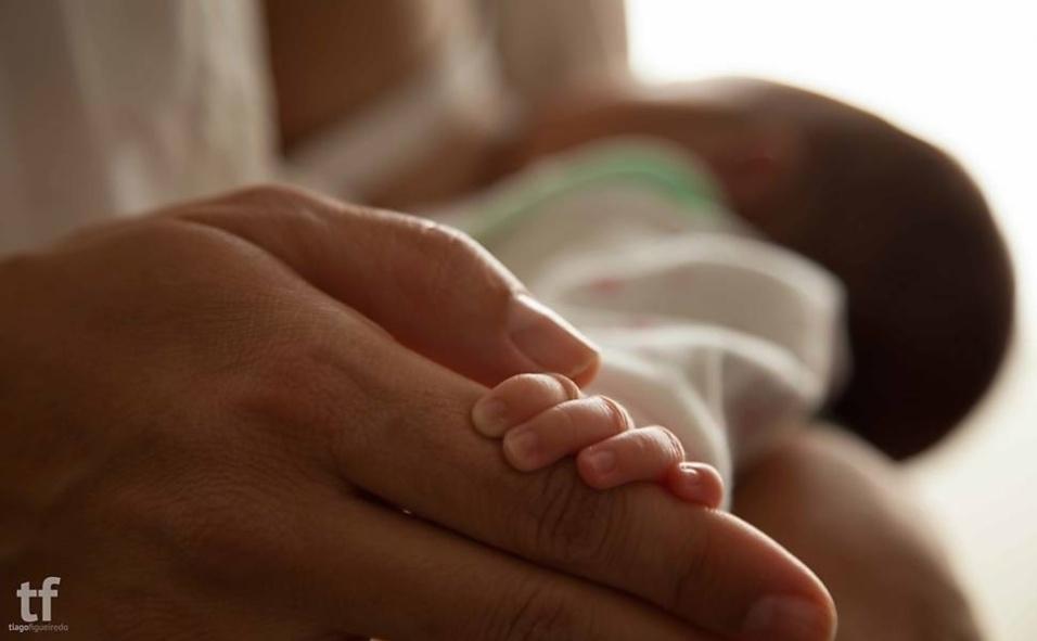 """7.nov.2013 -  Apesar de o Ministério da Saúde recomendar exclusivamente o leite materno nos seis primeiros meses de vida do bebê e como complemento a outros alimentos até os dois anos ou mais, as mães que amamentam ainda sofrem preconceitos ao """"sacar"""" o peito no meio de um shopping ou de um restaurante. Para mostrar o ato de amamentar como um gesto de amor e que pode ser feito em qualquer lugar, a  jornalista Catarina Beato, 33, e o fotógrafo Tiago Figueiredo, 38, começaram a registrar mulheres amamentando seus filhos em lugares públicos, como na rua, na praia, no estádio de futebol e até no Elevado Costa e Silva, o Minhocão, no centro de São Paulo. Os dois profissionais são portugueses e começaram o projeto Loove no meio deste ano em seu país de origem antes de expandir a ideia para o Brasil"""
