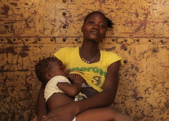 """7.nov.2013 - """"Infelizmente há um estigma muito grande não só no Brasil, mas também em países da Europa de que a mulher não pode amamentar na rua"""", afirmou o fotógrafo Tiago Figueiredo, que já registrou mais de 20 mulheres em Portugal e na Angola e que agora expande o projeto no Brasil"""
