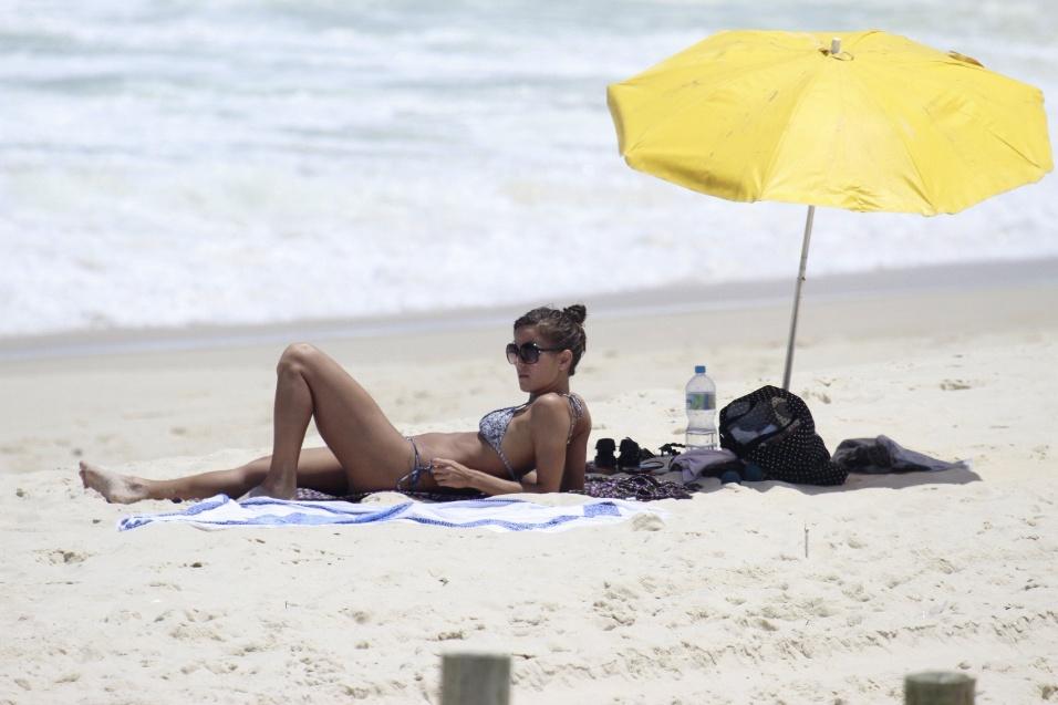9.nov.13 - A atriz Fernanda de Freitas aproveitou o sábado de sol para renovar o bronzeado na praia da Barra da Tijuca, no Rio de Janeiro