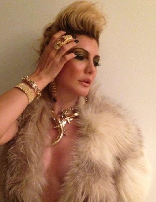 12.nov.2013 - Antônia Fontenelle, 40, esbanjou beleza e sensualidade em ensaio para a revista Louge. Nas fotos, a loira encarna uma rock star