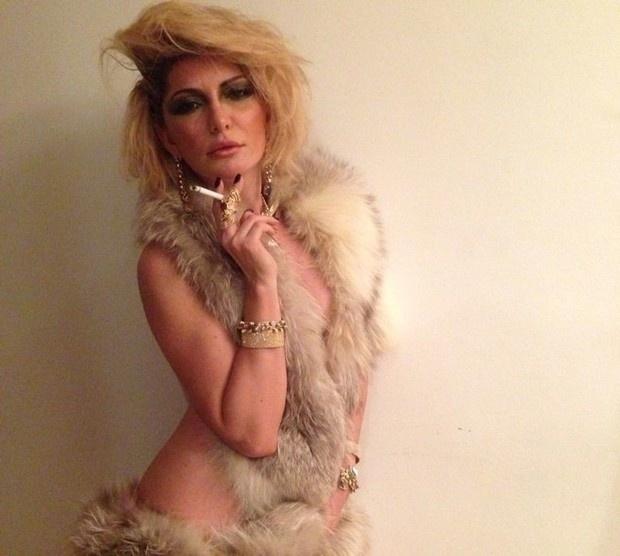 12.nov.2013 - Antônia Fontenelle, 40, estrelou ensaio sensual em clima de rock'n'roll para a revista Lounge. Nas fotos, a atriz aparece com pouca roupa e exibe várias joias - além de fazer
