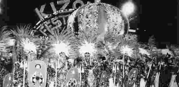 """Sambas-enredo ganharam importância com o crescimento do Carnaval; na imagem, a Vila Isabel em 1988 com o tema """"Valeu, Zumbi! Um grito forte dos Palmares..."""" - Jorge Araújo/Folhapress"""