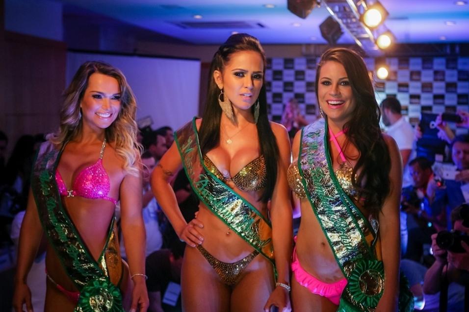 13.nov.2013 - Daiane Macedo (centro), vencedora do concurso Miss Bumbum 2013, posa ao lado da segunda colocada Eliana Amaral (esq.) e Jéssica Amaral (dir.), preferida na votação do público mas terceira colocada na opinião dos jurados