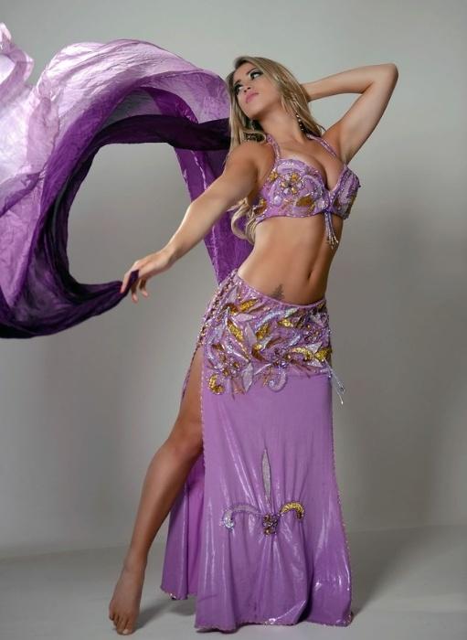 14.nov.13 - Aos 23 anos, a bela Carol Narizinho voltou a estudar teatro e a praticar balé, mas a morena revela que sua nova paixão é a dança do ventre.