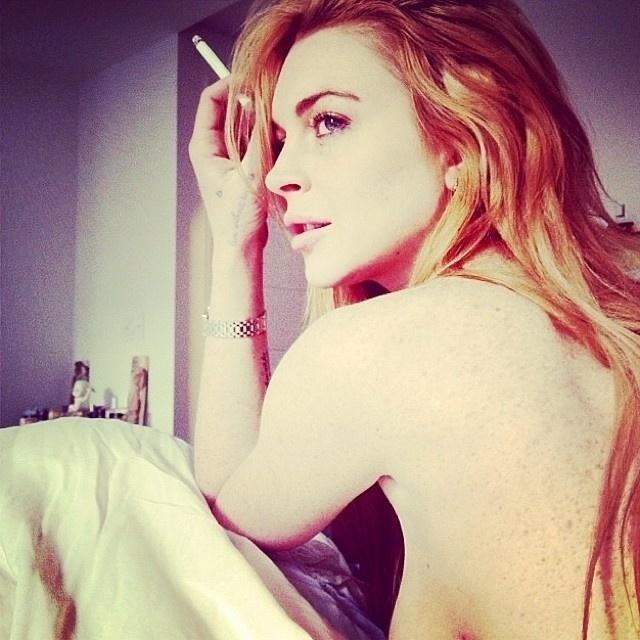"""15.nov.2013 - Nua, com parte do seio à mostra e com cigarro na mão, a atriz Lindsay Lohan divulgou este momento íntimo com os fãs no Instagram. A imagem gerou comentários diversos na rede social. """"Linda"""", """"Amável"""", """"Estrela"""", estiveram entre os elogios a Lindsay. """"Toda vez que eu vejo uma foto dela, eu cheiro Jagermeister, B.O., Vodka e DESESPERO"""", criticou um dos seguidores"""