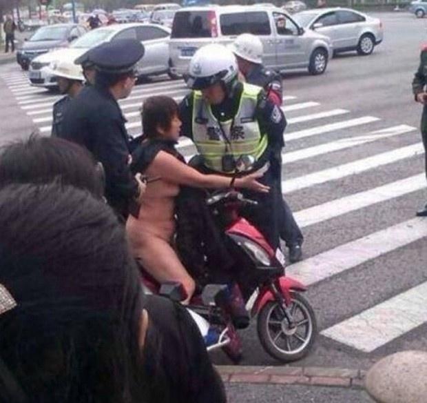 14.nov.2013 - Uma chinesa foi presa por andar completamente nua em cima de uma scooter pelas ruas de Xangai.  Segundo noticiou a imprensa do país, a mulher  teria resistido à prisão, alegando que estava sendo agredida pelo policiais no momento da detenção. Os jornais locais não informaram o motivo pelo qual a chinesa estava conduzindo a moto sem roupa, porém o caso teve grande repercussão entre os usuários do Weibo, versão chinesa do Twitter