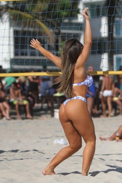 """16.nov.2013 - Nicole Bahls curtiu a praia da Barra da Tijuca, no Rio, ao lado de amigos. Animada com a companhia, a gata bebeu espumante rosé e até jogou vôlei de areia, fazendo a alegria dos marmanjos de plantão. Recentemente, Nicole disse ao Ego que sente falta de um namorado, mas se queixou: """"Não tenho muita sorte no amor"""". Sobre o que deseja no novo relacionamento, a bela foi direta: """"Fidelidade. Acho que o básico de um relacionamento é respeito"""""""