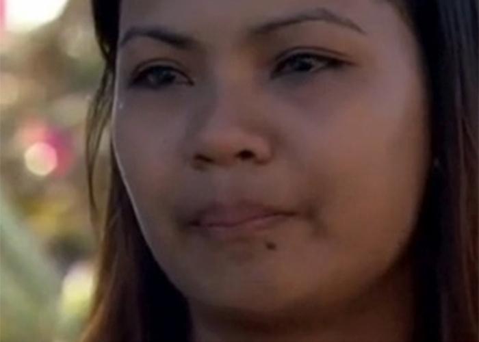 Sexta-feira (15.nov.2013) - Elfie Batista, 19, é uma das sobreviventes do tufão Haiyan em Guiuan, a primeira cidade a ser atingida pela tempestade, há uma semana. Ela ficou presa sob os escombros da casa onde estava com a família e viu os pais morrerem ao seu lado. Somente na quinta-feira ela e o irmão de 13 anos, que também sobreviveu, conseguiram enterrá-los. Histórias como essa são relatadas em profusão na cidade.