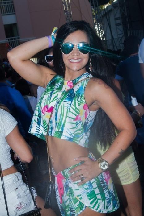 """17.nov.2013 - Após ganhar fama por filmar Justin Bieber dormindo em sua visita ao Brasil, Tati Neves está aproveitando para curtir cada instante. A moça aproveitou o último dia do """"Paradise Weekend 2013"""" na Costa do Sauípe, na Bahia com um look que deixava à mostra seu piercing no umbigo"""