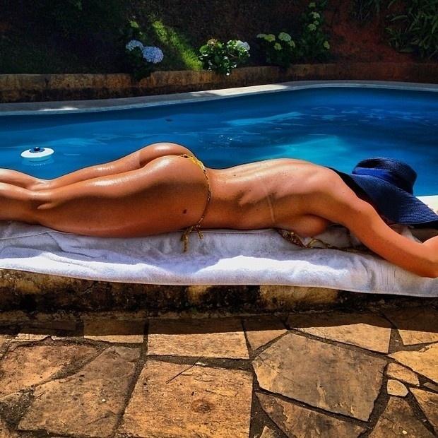 20.nov.2013 - Carol Narizinho resolveu postar uma imagem mostrando que passou o feriado retocando o bronzeado. Com o bumbum para cima e a parte de cima do biquíni desamarrada, a gata deixou os seguidores babando