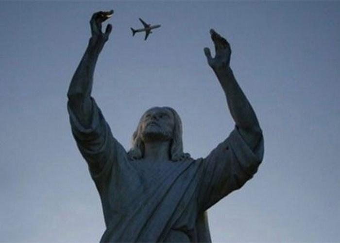 É uma mosca, é um pernilongo? Opa, é um avião!