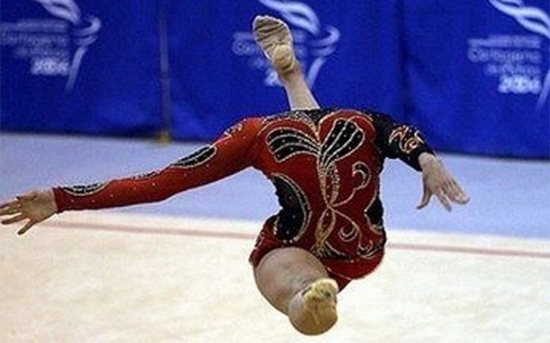 Parece que a competição de ginástica fez a atleta perder a cabeça