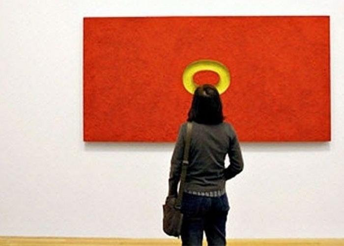 Um anjo observando um quadro vermelho?