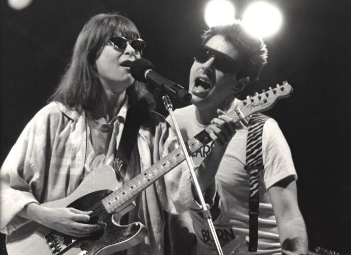 """Rita Lee e Roberto de Carvalho estão juntos desde 1976. Ícone da música nacional, o casal lançou o primeiro disco em 1982 e emplacou o sucesso """"Cor de rosa choque"""". São pais de três filhos e têm uma neta, Izabella. Na imagem, Rita e Roberto posam durante apresentação em 1987"""