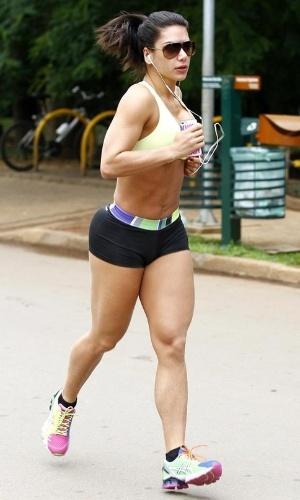 """27.nov.2013 - Graciella Carvalho exibiu o corpão sarado durante uma corrida pelo Parque do Ibirapuera, em São Paulo. Apresentadora do Multishow, a gata correu e se alongou usando top e shortinho e exibindo os pelos descoloridos. A bela revelou ao Ego que ao ver imagens suas na web não ficou nada satisfeita com o que viu: """"Eu me achei superestranha!. Vi as fotos e me achei enorme. Estou muito musculosa. Quero secar, perder três quilos. Por isso estou investindo bem no aeróbio, estou fazendo duas vezes ao dia, e cortei carboidrato duas vezes por semana. Fico só na proteína. Estou me preparando. Afinal, o verão está aí! Praia, Carnaval... E eu vivo da minha imagem"""", contou a modelo, dizendo ainda acreditar que um implante subcutâneo que fez para não menstruar mais, há quatro meses, é o culpado de seu inchaço"""