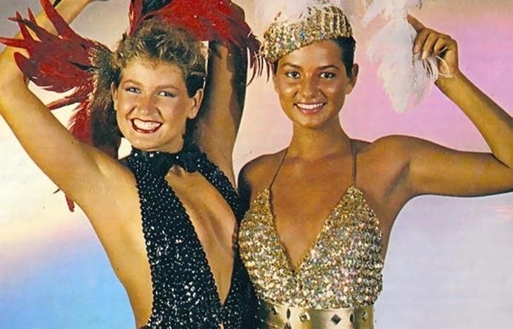 """28.nov.2013 - Luíza Brunet relembrou histórias que viveu ao lado de Xuxa nos anos 80 em sua biografia, """"Luíza"""", que ainda não tem data para lançamento. A ex-modelo contou que ela e a apresentadora gostavam de tomar banho de sol nuas, numa reserva militar, em Itaguaí (RJ), em uma casa do pai da loira. """"A ideia era manter a cor da pele uniforme, pois durante a semana fotografávamos com biquíni e lingeries, e as marcas de sol sempre atrapalhavam (...) Fazíamos participações em humorísticos...Muitas vezes nossos rostos nem apareciam, apenas o corpo. A gente não tinha a menor vergonha de posar de boazudas no fundo e na frente das cenas"""", contou Luíza. A imagem mostra a dupla de beldades ensaio da época"""