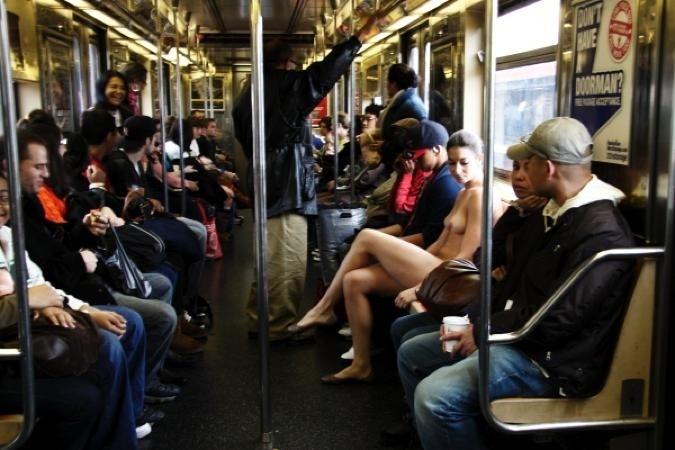 29.nov.13 - O metrô é mais um dos cenários usados por Erica, que incluem os mais diversos pontos da cidade