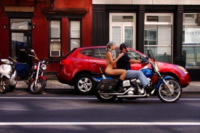 """29.nov.13 - Érica simula cenas do cotidiano da cidade de Nova York sem usar roupas no projeto """"Nue York: Self-Portraits of a Bare Urban Citizen"""" (Nua York: autorretratos  de uma cidadã urbana comum, em tradução livre)"""