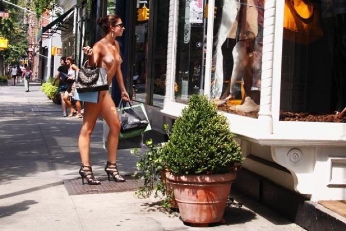 """29.nov.13 - A inspiração de Erica foi a Fashion Week de alguns anos atrás. """"Estava sentada pensando sobre estilo, e comecei a pensar como seria se não existisse moda. Se não existisse nada para mostrar quem somos, nos diferenciar, mostrar nosso nível social e tudo mais"""", revela a francesa em entrevista ao Daily News"""