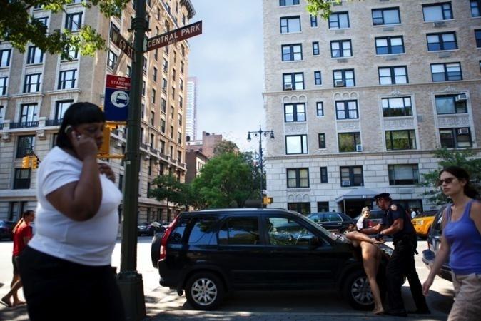 29.nov.13 - Apesar de não ser permitida a nudez completa em Nova York, Erica Simone conta que não teve problemas com a polícia. Na foto acima, ela apenas simula uma situação do cotidiano da cidade
