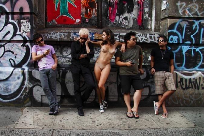 29.nov.13 - Erica Simone contou apenas com a colaboração de pessoas comuns para recriar algumas das 20 cenas do seu trabalho