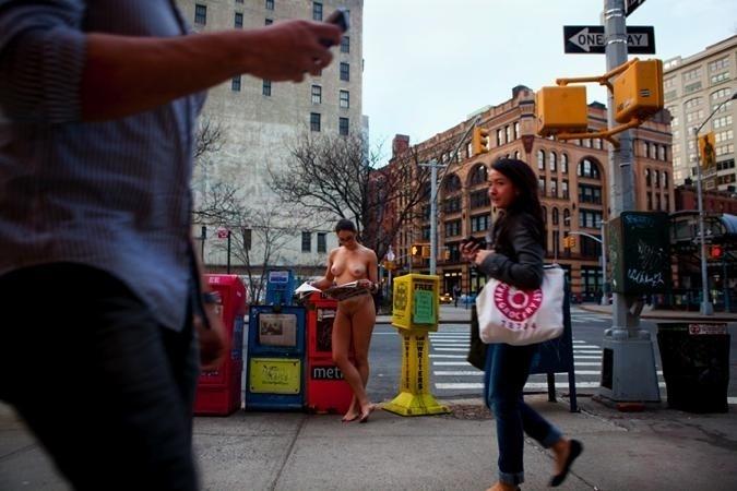 29.nov.13 - Sem se preocupar com o movimento na cidade, Erica tirou as fotos - e a roupa - sem ajuda de outra pessoa