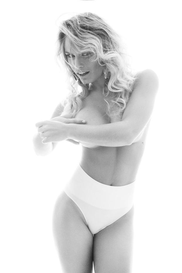 2.dez.2013 - Após anunciar que perdeu 4 kg com uma dieta combinada com exercícios físicos, a ex-BBB Natalia Casassola fez um ensaio sensual exibindo a barriguinha esguia e a sensualidade como sua marca registrada em ensaio para o fotógrafo Primo Tacca Neto