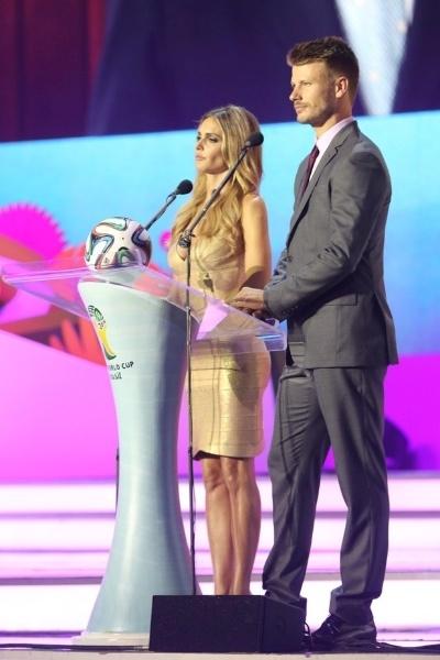 6.dez.2013 - O casal Fernanda Lima e Rodrigo Hilbert esbanjou elegância durante apresentação do sorteio dos grupos da Copa de 2014
