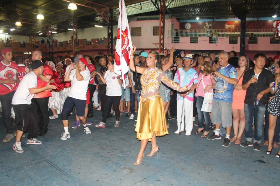 7.dez.2013 - Lysandra Grooters, porta-bandeira da Dragões da Real, se apresenta na quadra da Rosas de Ouro durante lançamento do CD oficial com os sambas-enredo para o Carnaval de 2014 de São Paulo