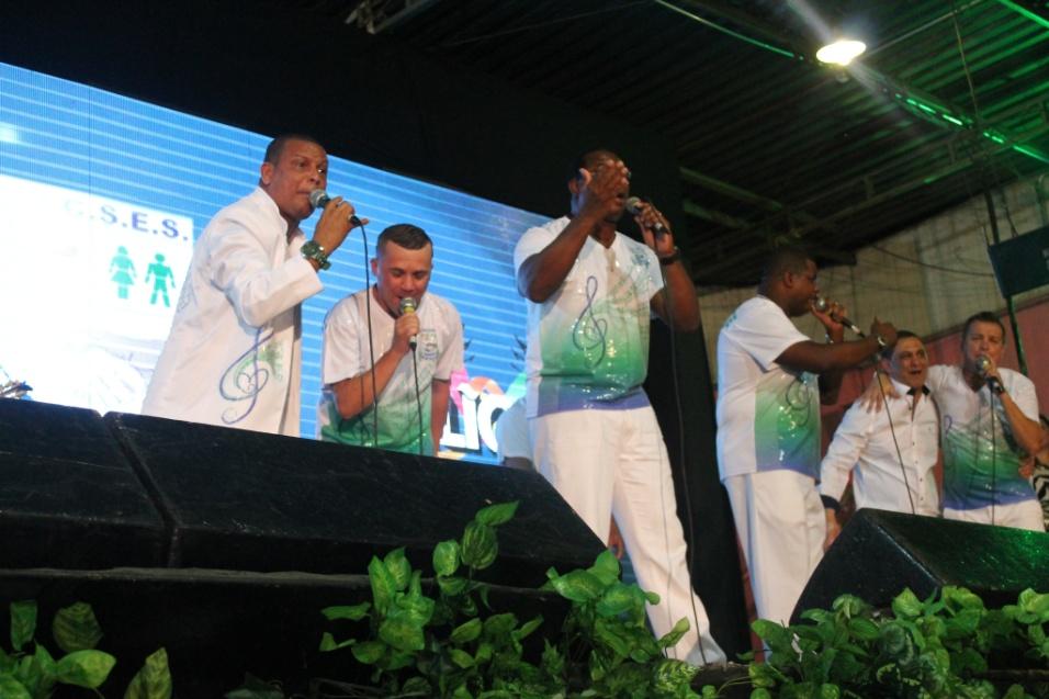 7.dez.2013 - Intérpretes oficiais da Unidos de Vila Maria se apresentam no palco da quadra da Rosas de Ouro durante lançamento do CD oficial com os sambas-enredo para o Carnaval de 2014 de São Paulo