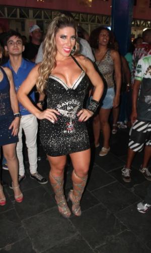 7.dez.2013 - Tati Minerato, rainha de bateria da Gaviões da Fiel, exibiu decote generoso em um vestido sexy.