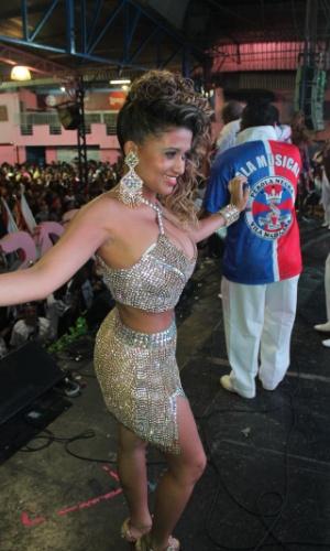 7.dez.2013 - Beldade da Pérola Negra chamou atenção pela beleza e samba no pé na quadra da Rosas de Ouro