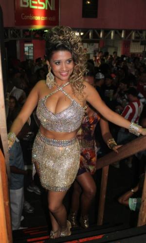 Rosas7.dez.2013 - Beldade da Pérola Negra chamou atenção pela beleza e samba no pé na quadra da Rosas de Ouro