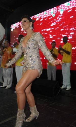 7.dez.2013 - A ex-panicat Tânia Oliveira se apresentou com a Tom Maior no lançamento do CD oficial com os sambas-enredo para o Carnaval de 2014 de São Paulo. A gata, que recentemente recebeu o título de diva da agremiação, mostrou que tem samba no pé, além esbanjar beleza e carisma