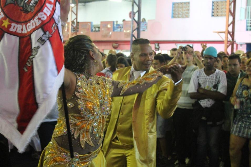 7.dez.2013 - Casal de mestre-sala e porta-bandeira da escola Dragões da Real se apresenta na quadra da Rosas de Ouro durante lançamento do CD oficial com os sambas-enredo para o Carnaval de 2014 de São Paulo.